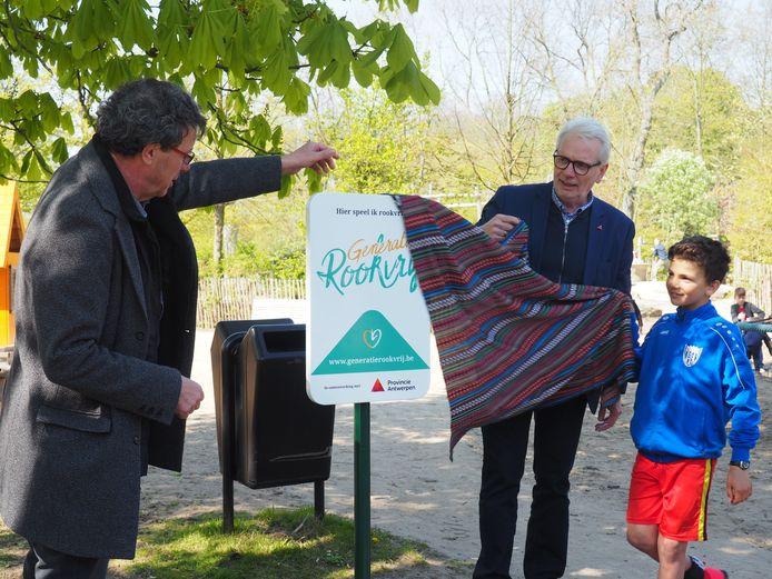 Marc Michils, Jan De Haes en Jaan Roelens onthulden het eerste 'Generatie Rookvrij'-bord in het Vrijbroekpark in Mechelen.