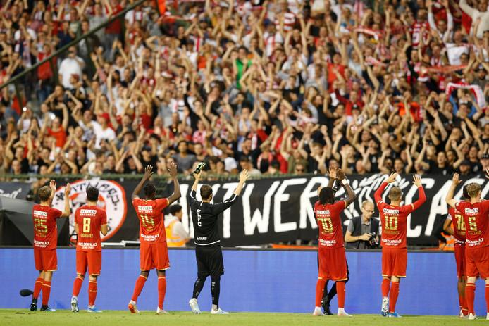 De spelers van Royal Antwerp bedanken hun fans in het Koning Boudewijnstadion in Brussel.