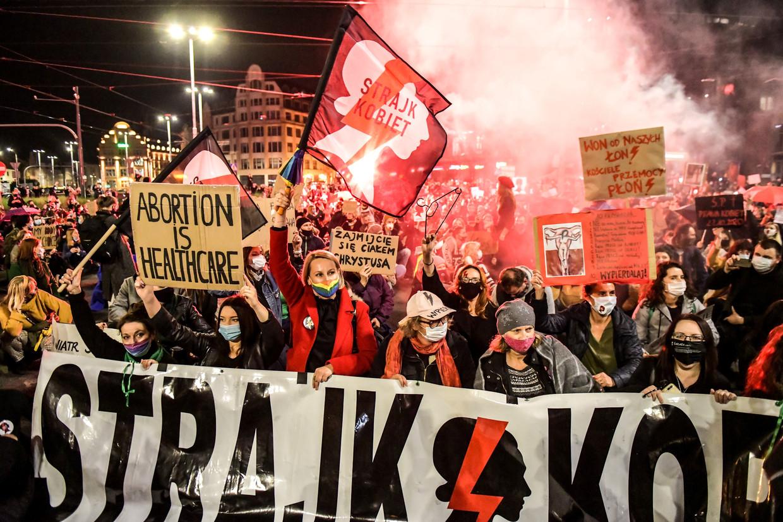 De Poolse regering heeft via het Constitutioneel Hof abortus zo goed als verboden. Mensen gingen massaal de straat op om tegen deze uitspraak te demonstreren.   Beeld REUTERS