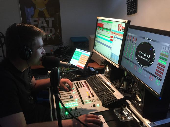 Dj Manuel tijdens de eerste live-uitzending.