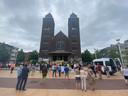 Actievoerders verzamelen op het Peter Benoîtplein uit protest tegen de nieuwe tramlijn.