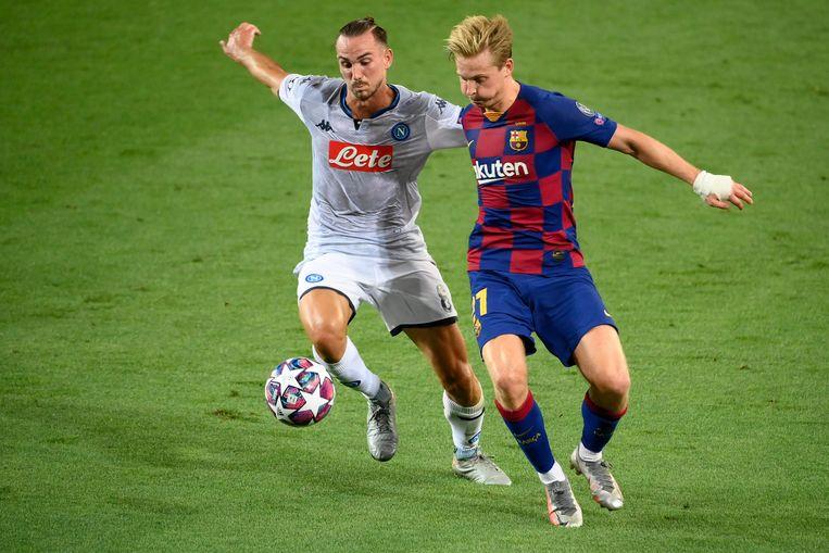 Frenkie de Jong (rechts) in duel met Napoli's Fabian Ruiz in de Champions League-return in Camp Nou. Beeld AFP