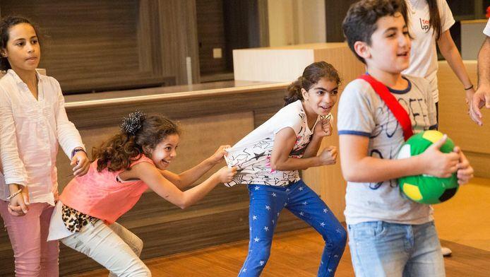 Vluchtelingenkinderen spelen trefbal in TeamUp.