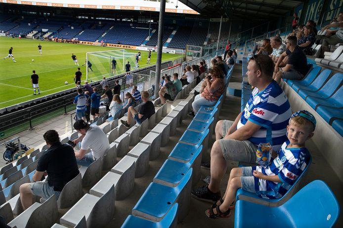 Publiek op de tribunes bij De Graafschap tegen Telstar. Eindelijk kon het weer.