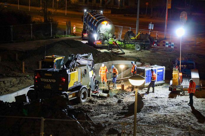 Werklieden repareren een breuk in een persleiding van het riool in Arnhem-Zuid. Door de breuk zijn acht gemalen in de Betuwe stilgezet en moeten pompwagens rioolwater naar de zuiveringen brengen.