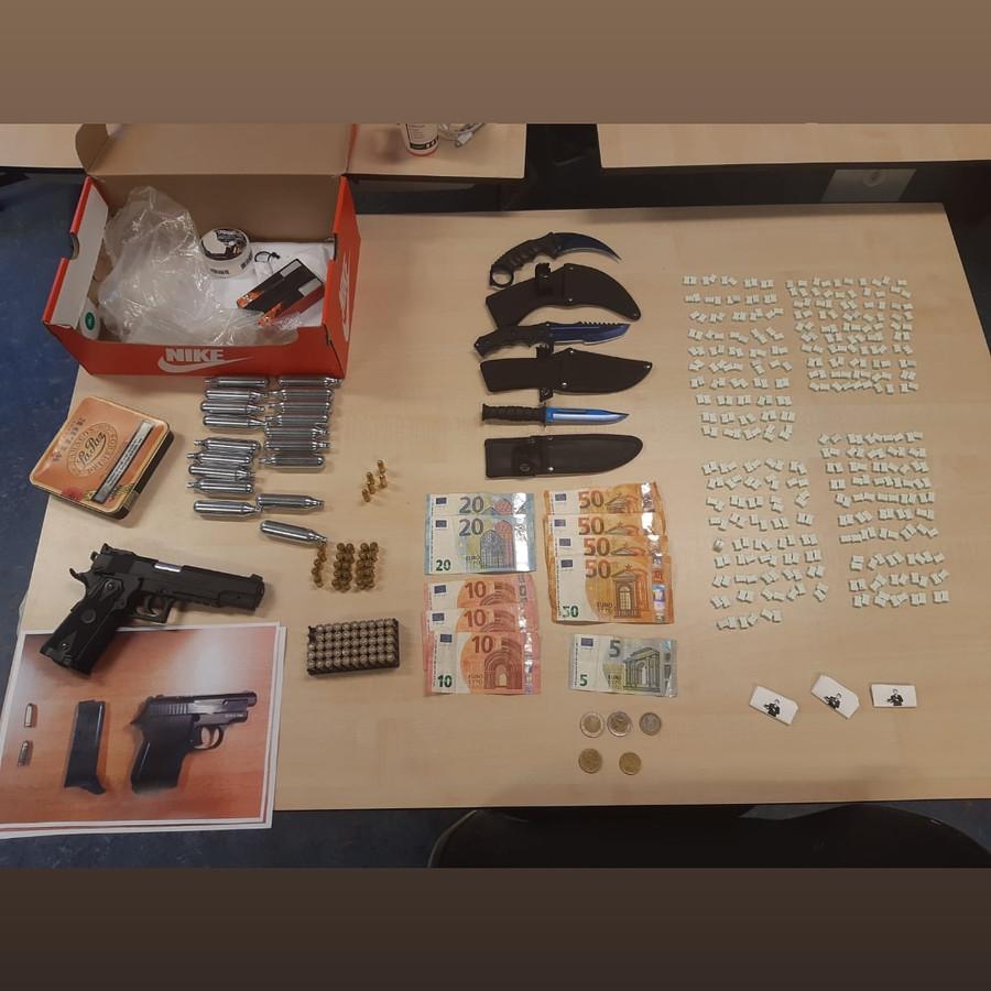 De politie vond in de woning onder meer 386 xtc-pillen.