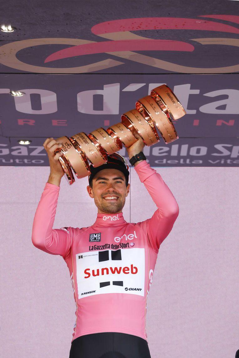 Tom Dumoulin in de roze leiderstrui op het erepodium na het winnen van de Ronde van Italië. Beeld ANP