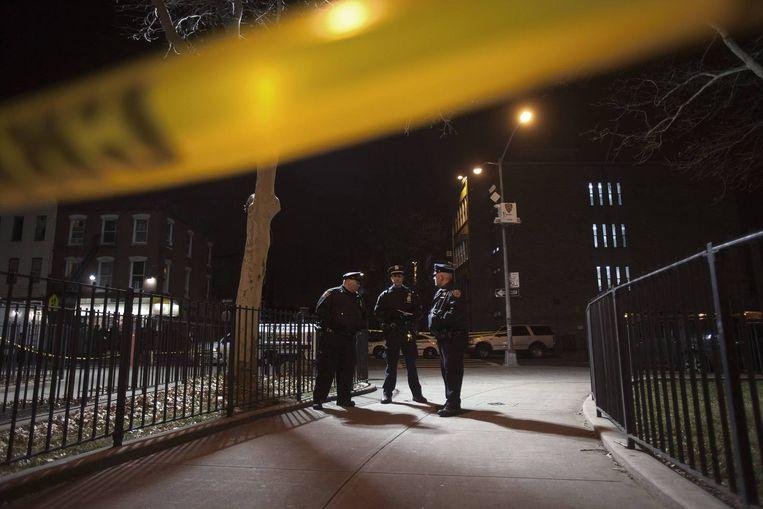 Agenten nabij de plek waar de schietpartij plaatsvond. Beeld reuters
