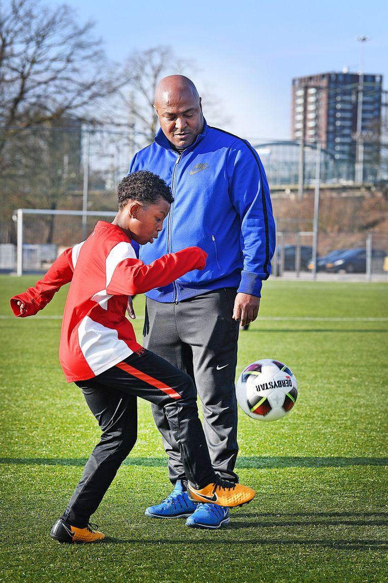 Het anti-racismeplan plan werd zaterdagmiddag gepresenteerd in de kantine van amateurvoetbalclub Zeeburgia, die zijn thuisbasis heeft in het multiculturele Amsterdam-Oost. Beeld Guus Dubbelman / de Volkskrant