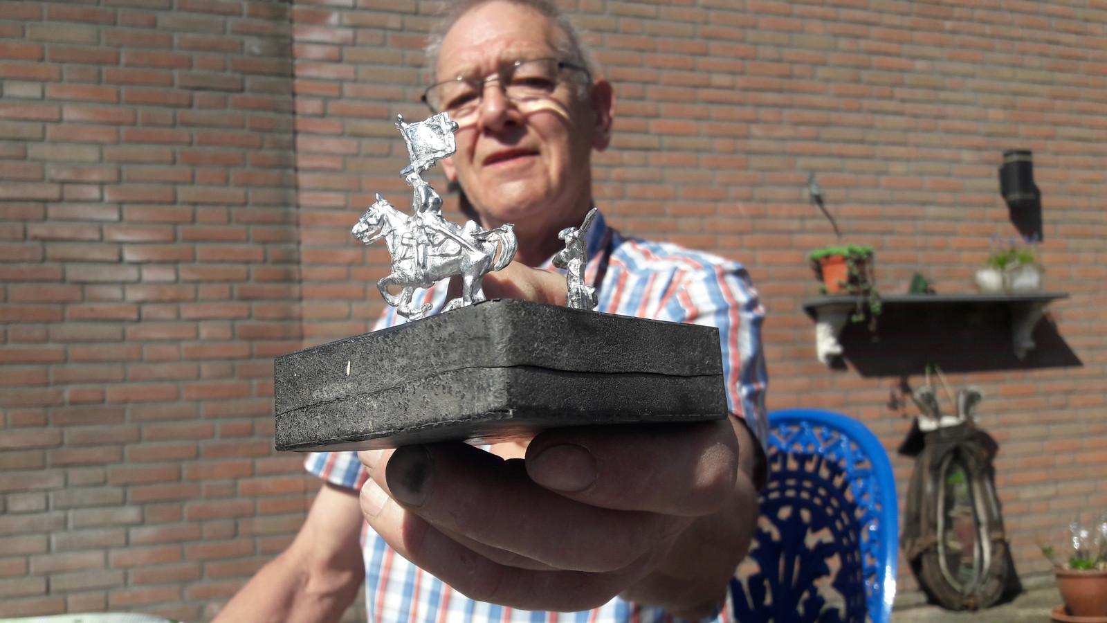 De ruiter te paard van Jan Smits is klaar.  Onder zijn versgegoten creatie de rubberen mal waar hij uit voortkwam.