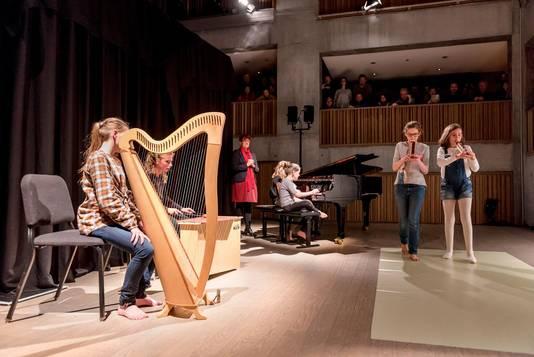 De kinderen mochten zelf ook optreden en bespeelden onder andere de harp, de piano en de fluit.