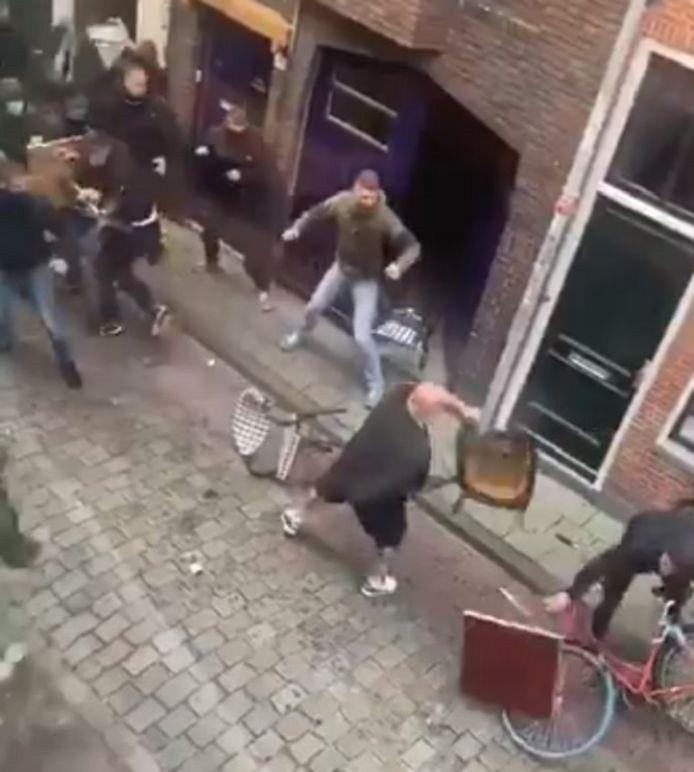 De tientallen voetbalsupporters vlogen elkaar in de haren in de Groninger binnenstad.