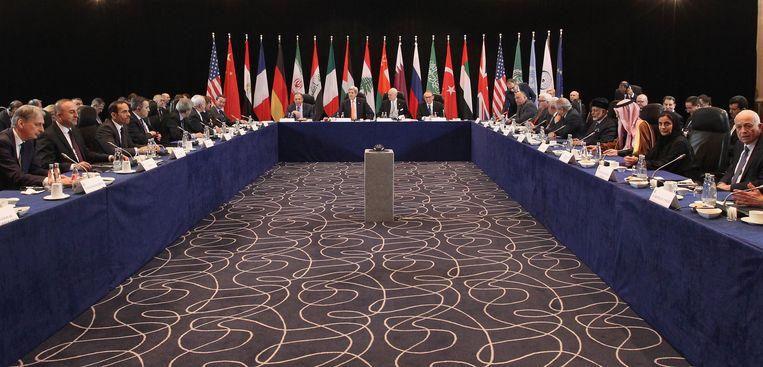 De onderhandeltafel in München. Beeld