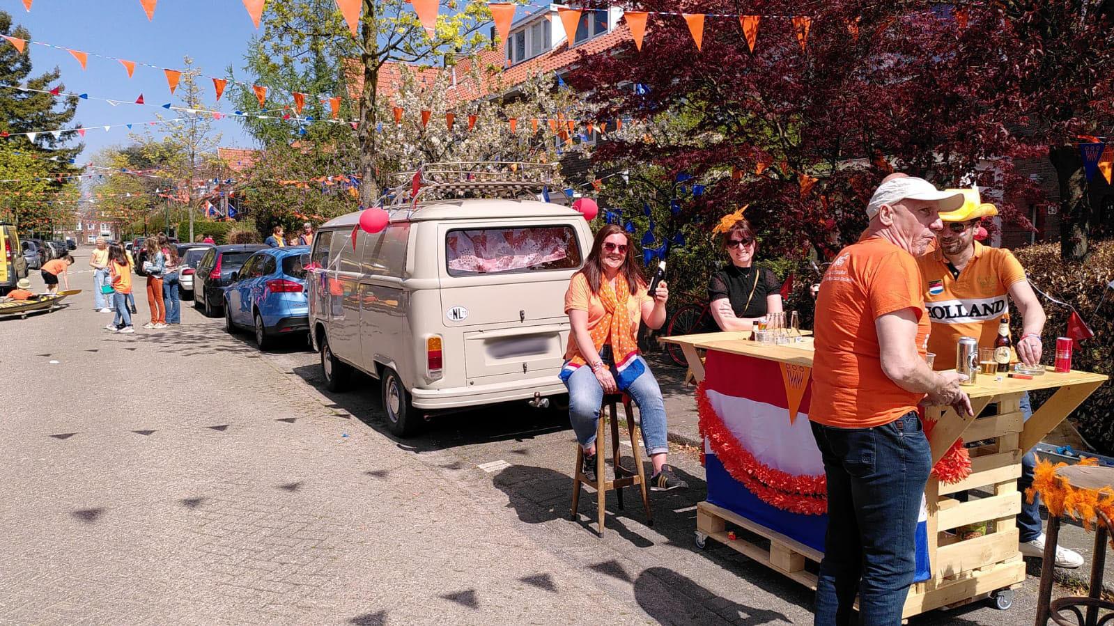 Geïmproviseerd barretje in de straat op Koningsdag in Eindhoven