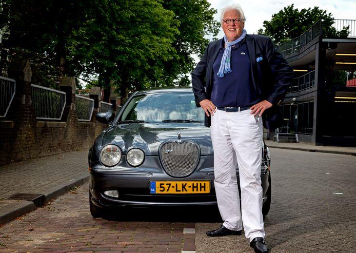 """De S-Type 4.2 V8 Sport is al de zesde Jaguar die Paul Brouwers rijdt. ,,Als ik hem op zijn staart trap blijft hij maar gaan."""""""