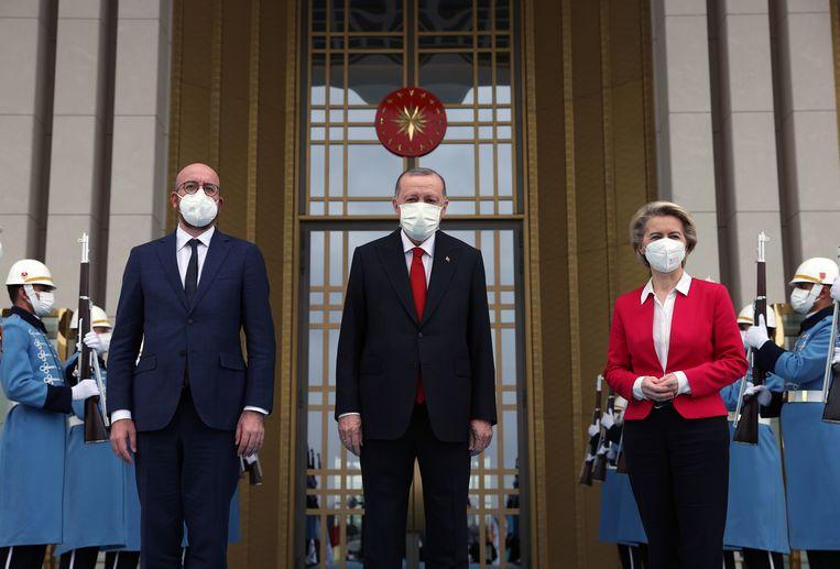 Charles Michel, Recep Tayyip Erdogan en Ursula von der Leyen in Ankara.  Beeld EPA