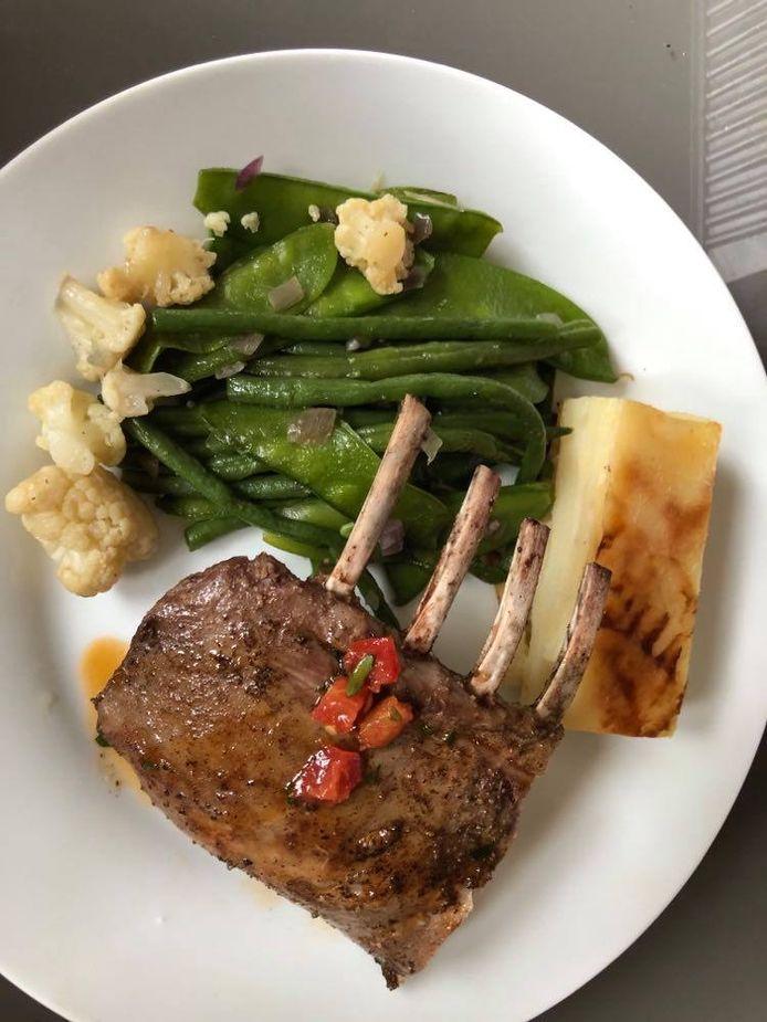 Lamskroon met gratin en groentjes als hoofdgerecht.