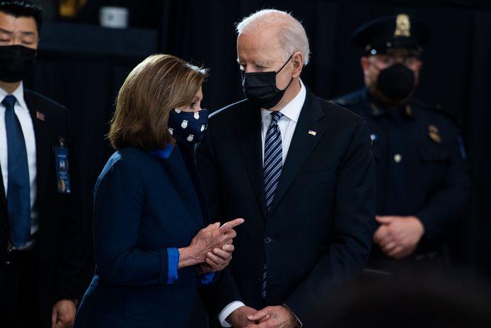 Nancy Pelosi (links) en Joe Biden (rechts)