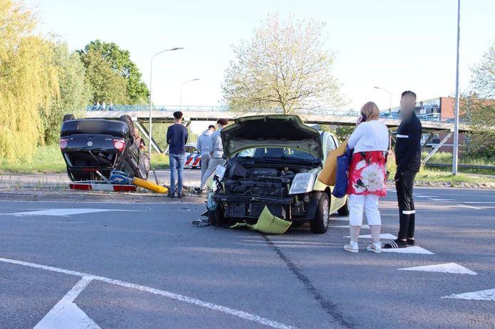 Bij een botsing in Lelystad belandde een auto op de kop.