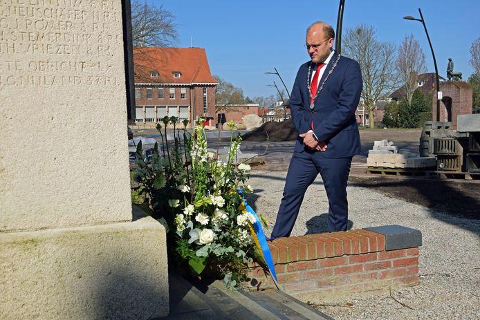 Burgemeester Joris Bengevoord legt een bloemstuk bij het oorlogsmonument in Winterswijk ter herdenking aan de bevrijding op 31 maart 1945.