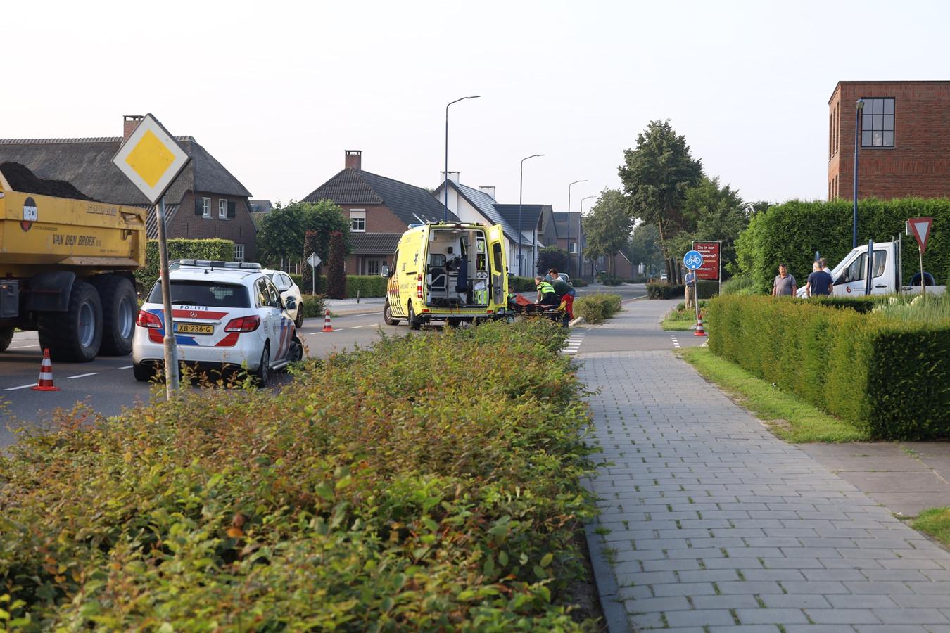 Botsing tussen fietser en bestelbus op de kruising Molenstraat De Vlonder in Boekel.
