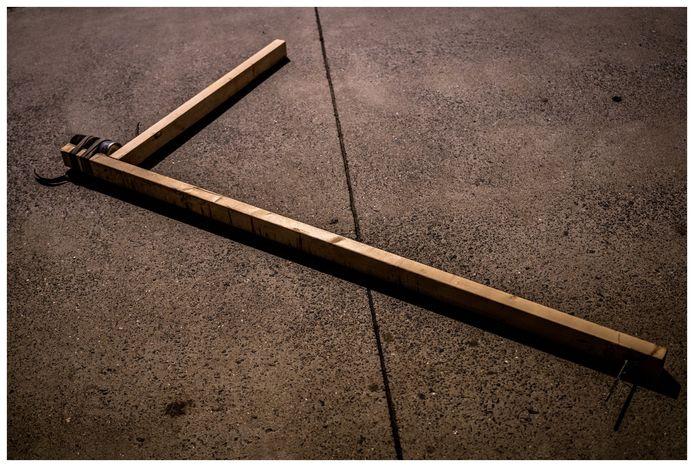 De houten passer, waar je een kalk spuitbus aan kan bevestigen