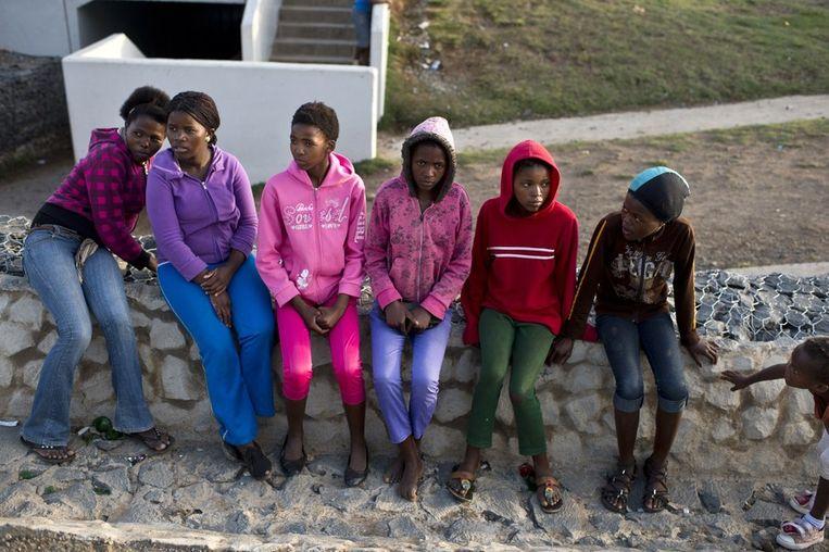 Kinderen voor de familiewoning van Nelson Mandela in Qunu. Beeld afp