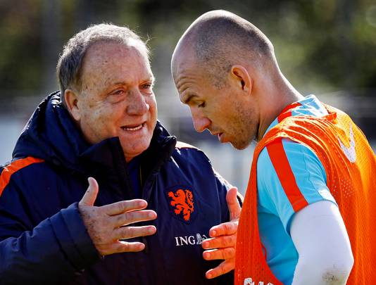 2017: Dick Advocaat, terug als bondscoach, in gesprek met Arjen Robben.