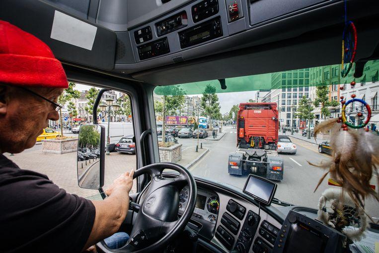 Een trucker heeft zeker een zware job: hij voldoet aan meerdere criteria, door onder meer het veiligheidsrisico en het shiftensysteem.  Beeld Wouter Van Vooren