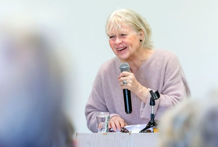 Bestsellerauteur Annegreet van Bergen heeft plezier tijdens een lezing. De Zutphense toert deze week door het land.