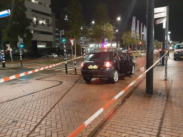 De bestuurder parkeerde de auto voor het station Dordrecht en belde de politie. Die zette het gebied rond de auto af en doet onderzoek.