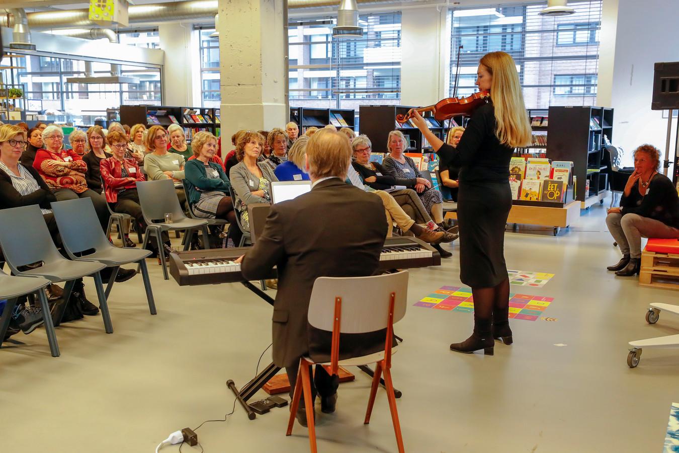 De afsluiting van het eerste jaar van het voorleesproject Samen Thuis in Taal, maandag in de Bibliotheek Eindhoven