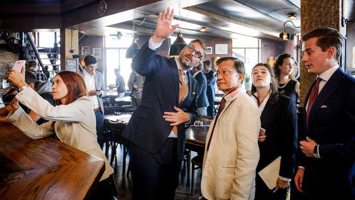 Sydney Smeets (M), een van de advocaten van voormalig coffeeshophouder Johan van Laarhoven, laat in coffeeshop The Grass Company een delegatie van Thaise advocaten zien hoe het Nederlandse gedoogbeleid voor softdrugs werkt.