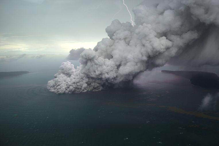 Alarmfase vulkaan Anak Krakatau verhoogd, vliegverkeer omgeleid