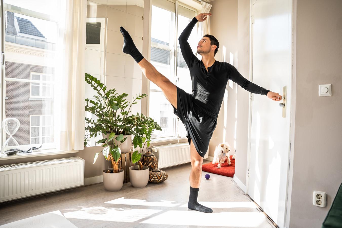 Danser Ruben Ameling gebruikt zijn deurknop als barre tijdens de coronacrisis.