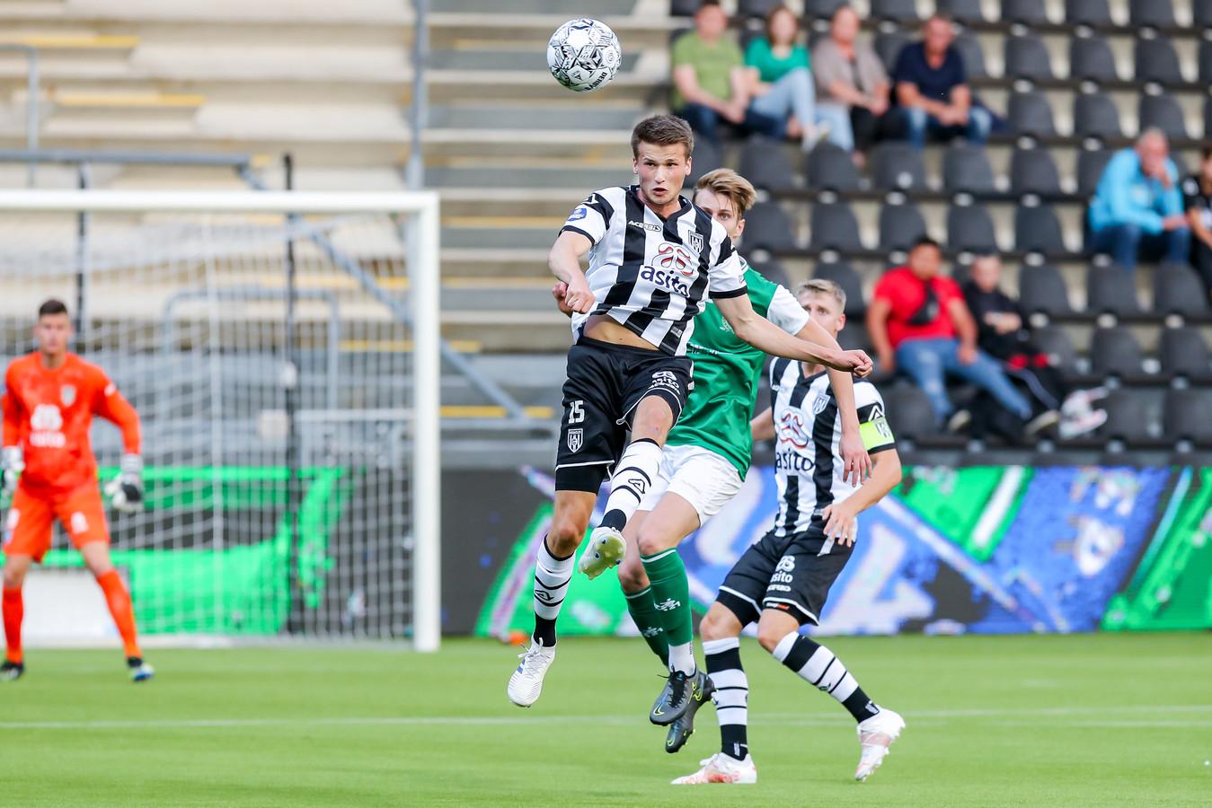 Lucas Schoofs kopt de bal weg voordat Jules Stokkers erbij kan komen.