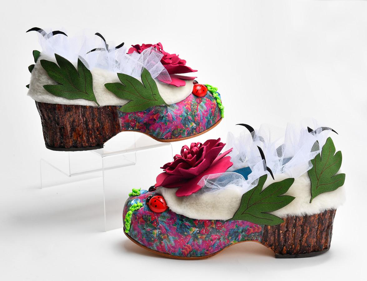 De schoenen, met watten en een bloem.  Foto Bert Beelen