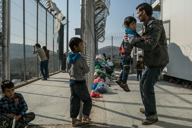 Afghaanse vluchtelingen in het kamp van Moria op het Griekse eiland Lesbos, vóór de verwoestende brand.'De mentale gezondheidsproblemen in die kampen zijn enorm', zegt Fekete.