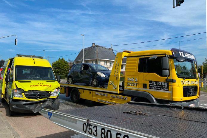 Een ziekenwagen van brandweerpost Wetteren raakte betrokken bij een ongeval op kruispunt De Ommegang in Lede.