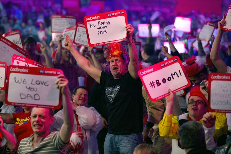 Revellers in the crowd cheer during the PDC World Championship darts final between Britain's Peter Wright and the Netherlands'  Michael van Gerwen at Alexandra Palace in north London on January 1, 2014. AFP PHOTO / JUSTIN TALLIS Beeld null