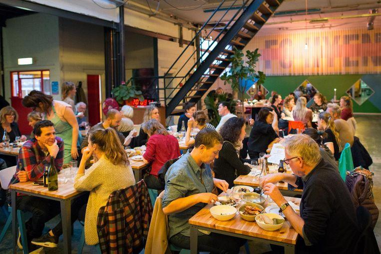Het restaurantgedeelte van FC Hyena. Beeld Mats van Soolingen