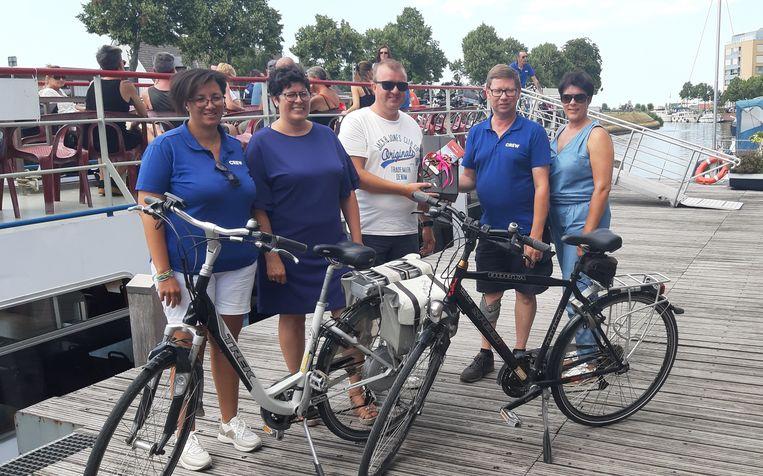 Het team van rederij Seastar en burgemeester Lies Laridon verwelkomden de familie Verte als 1500ste gebruiker van 'varen en fietsen'