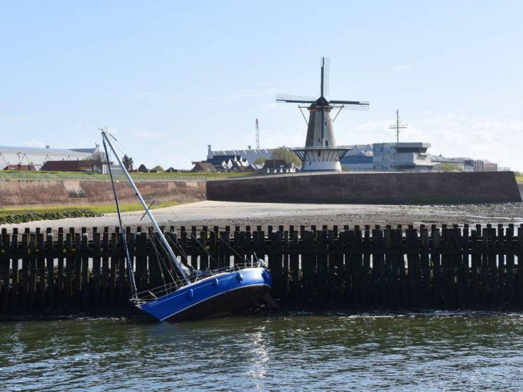 Zeilbootje belandt op de keien in Vlissingen