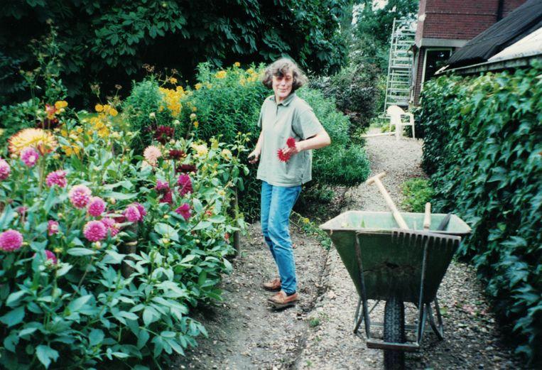 Liefke Munneke-Bos aan het werk in de bloementuin in 2002. Beeld