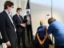 """Premier De Croo bezoekt vaccinatiecentrum Gent. """"Alles wat hij gehoord had, werd bevestigd"""""""