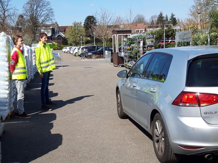 Op een enkele klant na, bleef het zaterdag stil bij de drive in van Intratuin Halsteren.