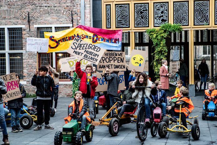 Kinderen protesteerden in 2019 tegen de sluiting van het Speelgoedmuseum op de Brink. Nu wordt het verbouwd voor ruim één miljoen euro.