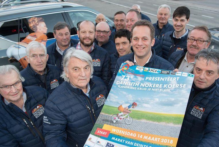 De organisatie met de affiche voor de 73ste editie van de wielerwedstrijd.