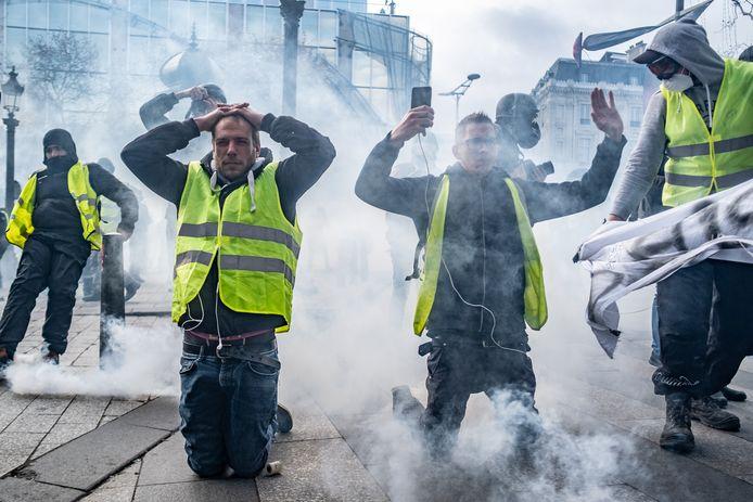 Macron roept na de protesten bedrijven op om hun werknemers een bonus te geven.