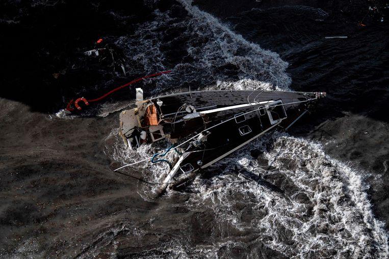 De kracht van het kolkend water was zo groot dat dit jacht als een luciferhoutje in tweeën brak. Beeld AFP